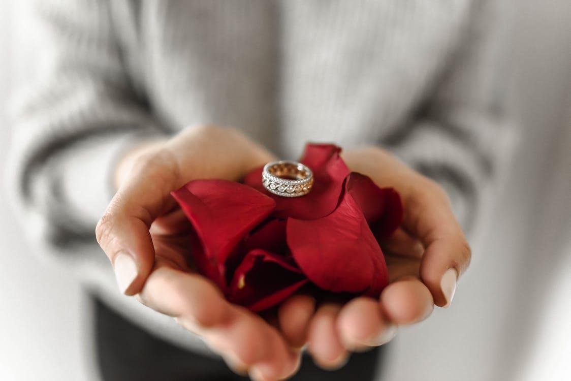 4 façons d'offrir une bague en diamant